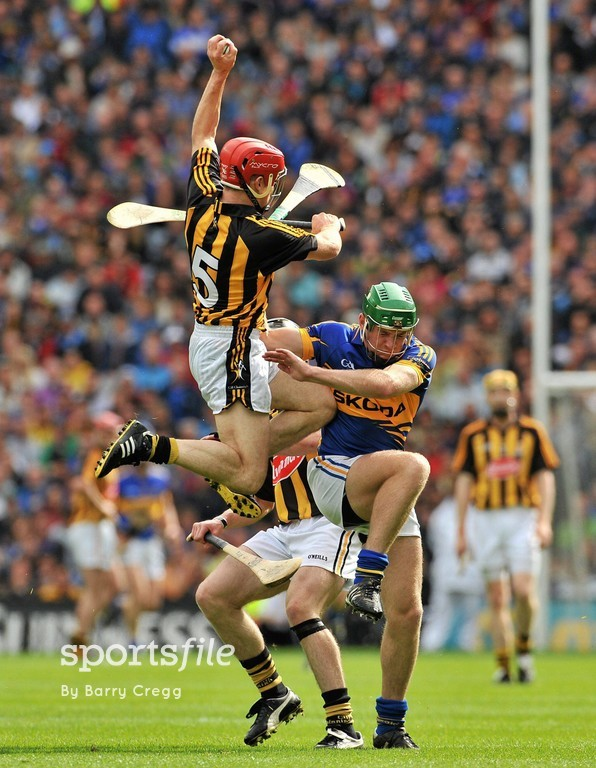 4 September 2011; Tommy Walsh, Kilkenny, with support from team-mate Michael Rice, wins a puck out against Noel McGrath, Tipperary. GAA Hurling All-Ireland Senior Championship Final, Kilkenny v Tipperary, Croke Park, Dublin. Picture credit: Barry Cregg / SPORTSFILE