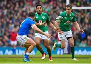 10 February 2018; Bundee Aki of Ireland passes to team-mate Jonathan Sexton, right, during the Six Nations Rugby Championship match between Ireland and Italy at the Aviva Stadium in Dublin. Photo by Brendan Moran/Sportsfile