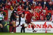 5 May 2018; Keith Earls of Munster on his way to scoring his side's second try during the Guinness PRO14 semi-final play-off match between Munster and Edinburgh at Thomond Park in Limerick. Photo by David Fitzgerald/Sportsfile