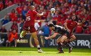 5 May 2018; Simon Zebo of Munster passes the ball in the build up to his side's second try scored by Keith Earls during the Guinness PRO14 semi-final play-off match between Munster and Edinburgh at Thomond Park in Limerick. Photo by David Fitzgerald/Sportsfile