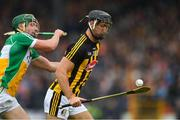 20 May 2018; Colin Fennelly of Kilkenny in action against David King of Offaly during the Leinster GAA Hurling Senior Championship Round 2 match between Kilkenny and Offaly at Nowlan Park in Kilkenny. Photo by Piaras Ó Mídheach/Sportsfile