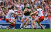 11 August 2019; Seán O'Shea of Kerry in action against Ronan McNamee, left, and Peter Harte of Tyrone during the GAA Football All-Ireland Senior Championship Semi-Final match between Kerry and Tyrone at Croke Park in Dublin. Photo by Piaras Ó Mídheach/Sportsfile