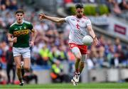 11 August 2019; Mattie Donnelly of Tyrone shoots under pressure from Seán O'Shea of Kerry during the GAA Football All-Ireland Senior Championship Semi-Final match between Kerry and Tyrone at Croke Park in Dublin. Photo by Piaras Ó Mídheach/Sportsfile