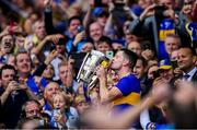 18 August 2019; Tipperary captain Séamus Callanan kisses the Liam MacCarthy cup following the GAA Hurling All-Ireland Senior Championship Final match between Kilkenny and Tipperary at Croke Park in Dublin. Photo by Piaras Ó Mídheach/Sportsfile