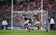 18 August 2019; Séamus Callanan of Tipperary shoots at goal despite the efforts of Huw Lawlor of Kilkenny during the GAA Hurling All-Ireland Senior Championship Final match between Kilkenny and Tipperary at Croke Park in Dublin. Photo by Sam Barnes/Sportsfile