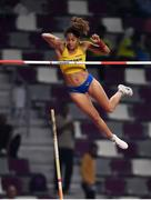 29 September 2019; Angelica Bengtsson of Sweden makes a clearance of 4.80m after borrowing a pole vaulting pole from Ninon Guillon-Romarin of France after hers broke whilst competing in the Women's Pole Vault Final during day three of the World Athletics Championships 2019 at the Khalifa International Stadium in Doha, Qatar. Photo by Sam Barnes/Sportsfile