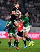 19 October 2019; Beauden Barrett of New Zealand catches a high ball ahead of Conor Murray of Ireland uring the 2019 Rugby World Cup Quarter-Final match between New Zealand and Ireland at the Tokyo Stadium in Chofu, Japan. Photo by Brendan Moran/Sportsfile