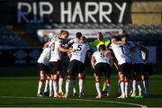 31 July 2020; Dundalk players in a huddle before the game at a banner is seen in tribute to the late Dundalk groundsman and videographer Harry Taaffe before the SSE Airtricity League Premier Division match between Dundalk and St Patrick's Athletic at Oriel Park in Dundalk, Louth. The SSE Airtricity League Premier Division made its return today after 146 days in lockdown but behind closed doors due to the ongoing Coronavirus restrictions. Photo by Piaras Ó Mídheach/Sportsfile