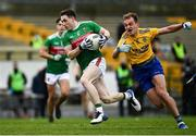 8 November 2020; Patrick Durcan of Mayo escapes the tackle of Enda Smith of Roscommon during the Connacht GAA Football Senior Championship Semi-Final match between Roscommon and Mayo at Dr Hyde Park in Roscommon. Photo by Harry Murphy/Sportsfile