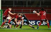 13 December 2020; JJ Hanrahan of Munster passes to team-mate Kevin O'Byrne as he is tackled by Marcus Smith, left, and James Chisholm of Harlequins during the Heineken Champions Cup Pool B Round 1 match between Munster and Harlequins at Thomond Park in Limerick. Photo by Sam Barnes/Sportsfile