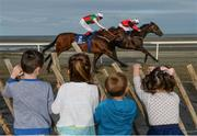 5 September 2017; Laytown neighbours, from left, Daniel Cole, age 6, Ciara Wasykiw, age 5, Conor Redden, age 3, and Eimear Cole, age 4, look on as Sea Captain, with Rory Cleary up, race ahead of Dandy Rock, with Chris Hayes up, in the Gilna's Cottage Inn Maiden during the Laytown Races at Laytown in Co Meath. Photo by Cody Glenn/Sportsfile